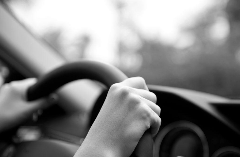 自分で運転する人